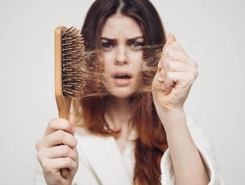 6 złotych rad dla dziewczyn, które walczą z wypadającymi włosami