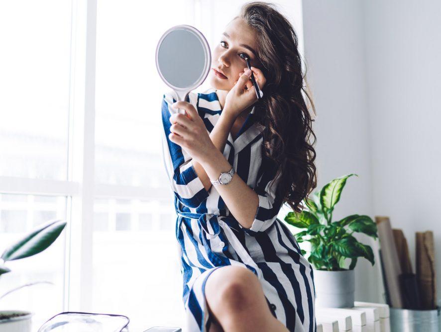 Ten trik z TicToka na zawsze odmieni Twój codzienny make-up. Efekt liftingu uzyskasz z pomocą tylko 3 produktów