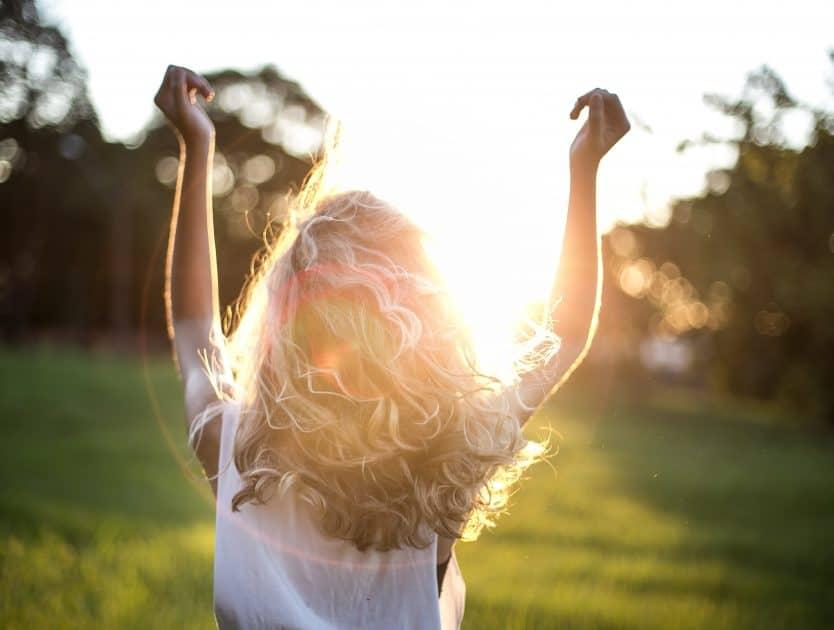 Przygotuje swoje włosy na wakacyjne kąpiele w słońcu – kila cennych rad i trików