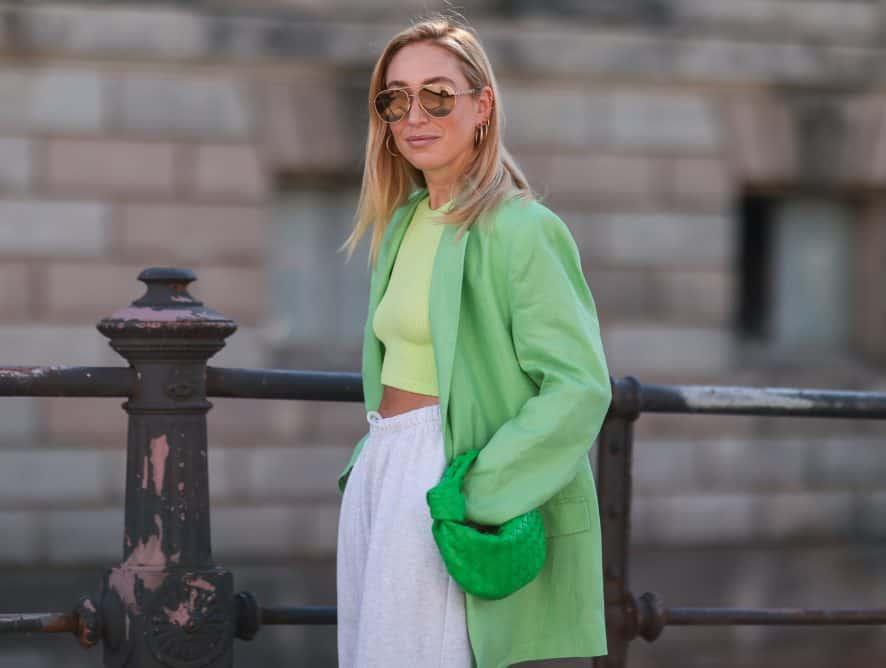 Crop top - jak nosić bluzki odsłaniające brzuch, aby wyglądać stylowo, a nie wyzywająco?